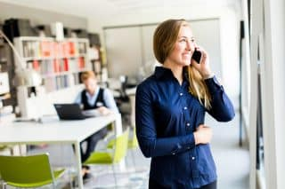 satisfaction client - excellence client - footer - jeune femme - virage group